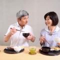 食事する夫婦