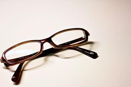 ブラウンフレームのメガネ