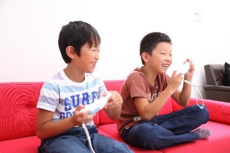 ゲームをする子供達