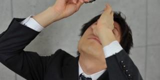 目薬を差すビジネスマン