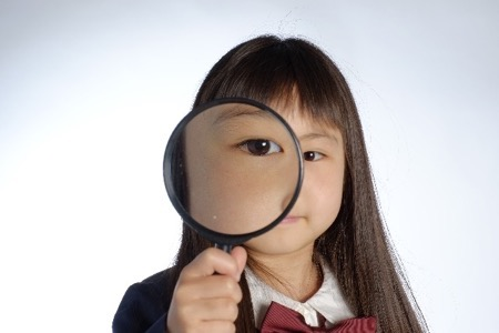 虫眼鏡を持った女の子