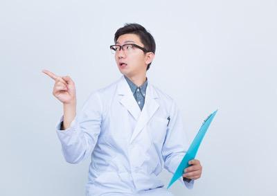 指をさして指示する医者