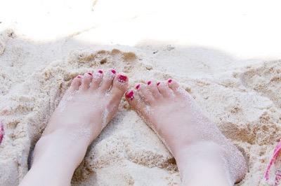 砂の上の足