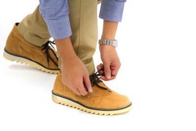 靴ひもを結び直す