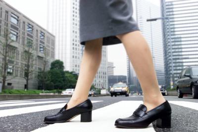 横断歩道を歩く女性の足