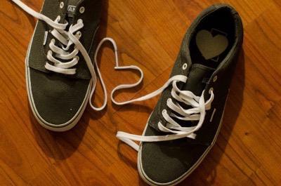 靴ひもの取れたスニーカー